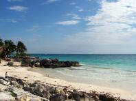 La plage et la mer des Caraïbes près des cabañas de Tulum