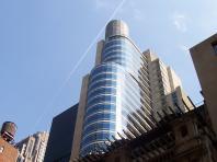 Édifice moderne et vitré sous le ciel de New York