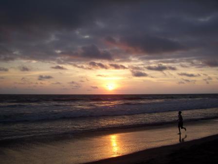 Coucher de soleil sur la plage de Canoa en Équateur