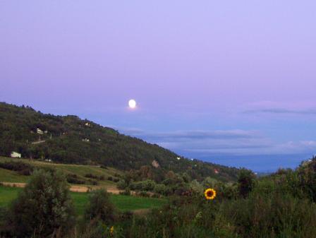Pleine lune dans le ciel pourpre de Baie-St-Paul
