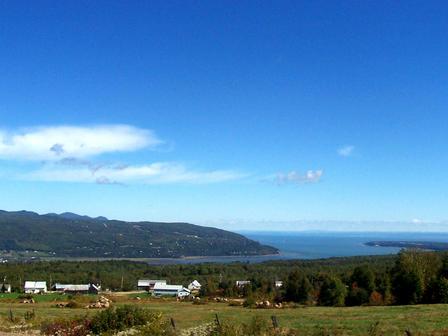 Baie-Saint-Paul et l'Île-aux-coudres du haut des montagnes de Charlevoix