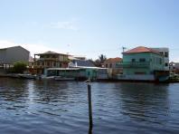 Une rivière au centre de la ville de Bélize