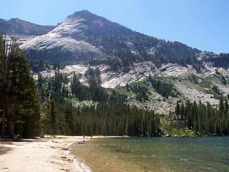 Un lac magique dans les montagnes du parc Yosemite