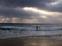 Coucher de soleil sur les vagues de Montañita